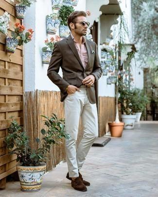 Dunkelblaues und weißes gepunktetes Einstecktuch kombinieren – 195 Herren Outfits: Kombinieren Sie ein dunkelbraunes Sakko mit einem dunkelblauen und weißen gepunkteten Einstecktuch für einen entspannten Wochenend-Look. Fühlen Sie sich mutig? Vervollständigen Sie Ihr Outfit mit dunkelbraunen Doppelmonks aus Wildleder.