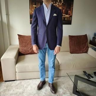 Hellblaue Jeans kombinieren – 1200+ Herren Outfits: Entscheiden Sie sich für ein dunkelblaues Sakko und hellblauen Jeans für Ihren Bürojob. Dunkelbraune Chukka-Stiefel aus Leder sind eine großartige Wahl, um dieses Outfit zu vervollständigen.