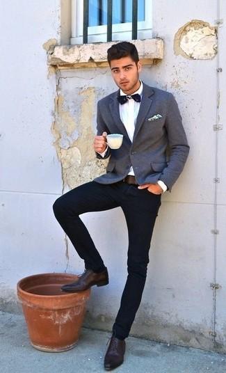 Wie kombinieren: graues Sakko, weißes Businesshemd, dunkelblaue Jeans, braune Leder Oxford Schuhe