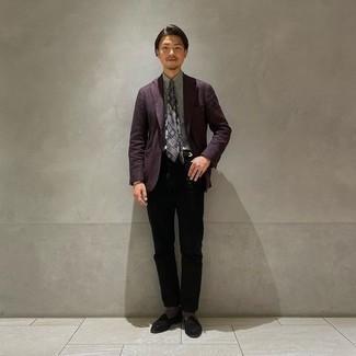 Schwarze Wildleder Slipper kombinieren – 384 Herren Outfits: Tragen Sie ein violettes Sakko und schwarzen Jeans, wenn Sie einen gepflegten und stylischen Look wollen. Fühlen Sie sich mutig? Vervollständigen Sie Ihr Outfit mit schwarzen Wildleder Slippern.