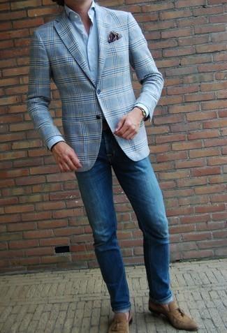 Gürtel kombinieren – 500+ Herren Outfits: Entscheiden Sie sich für Komfort in einem hellblauen Sakko mit Schottenmuster und einem Gürtel. Beige Wildleder Slipper bringen klassische Ästhetik zum Ensemble.