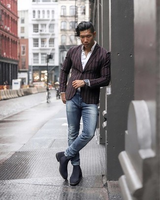 Weißes Businesshemd kombinieren – 59 Casual Herren Outfits: Vereinigen Sie ein weißes Businesshemd mit blauen Jeans mit Destroyed-Effekten, um mühelos alles zu meistern, was auch immer der Tag bringen mag. Setzen Sie bei den Schuhen auf die klassische Variante mit dunkelgrauen Chelsea Boots aus Wildleder.