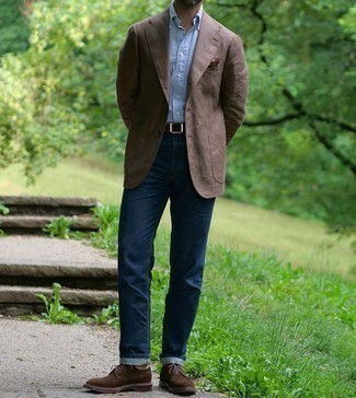Smart-Casual Outfits Herren 2021: Erwägen Sie das Tragen von einem braunen Sakko und dunkelblauen Jeans, wenn Sie einen gepflegten und stylischen Look wollen. Schalten Sie Ihren Kleidungsbestienmodus an und machen dunkelbraunen Wildleder Brogues zu Ihrer Schuhwerkwahl.