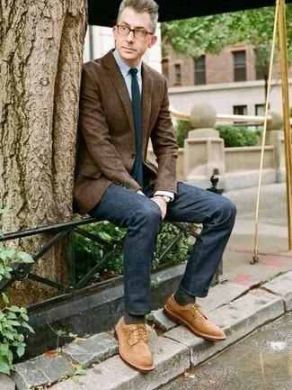 Dunkelblaue Jeans kombinieren – 500+ Herren Outfits: Entscheiden Sie sich für ein braunes Sakko und dunkelblauen Jeans, um einen modischen Freizeitlook zu kreieren. Fühlen Sie sich ideenreich? Entscheiden Sie sich für beige Wildleder Brogues.