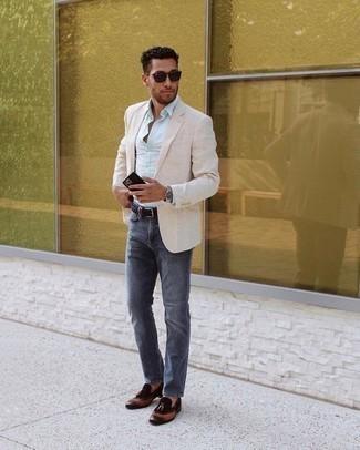 Dunkelblaue Jeans kombinieren – 500+ Herren Outfits: Tragen Sie ein hellbeige Sakko und dunkelblauen Jeans für Drinks nach der Arbeit. Fühlen Sie sich ideenreich? Entscheiden Sie sich für dunkelbraunen Leder Slipper mit Quasten.