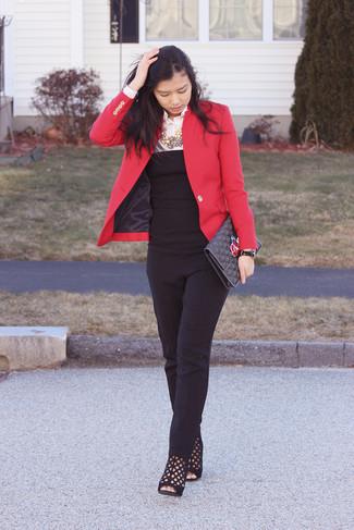 Wie kombinieren: rotes Sakko, weißes Businesshemd, schwarzer Jumpsuit, schwarze Wildleder Stiefeletten mit Ausschnitten