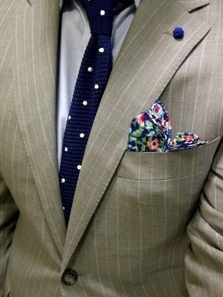 Hellbeige vertikal gestreiftes Sakko kombinieren: trends 2020: Machen Sie sich mit einem hellbeige vertikal gestreiften Sakko und einem grauen Businesshemd einen verfeinerten, eleganten Stil zu Nutze.