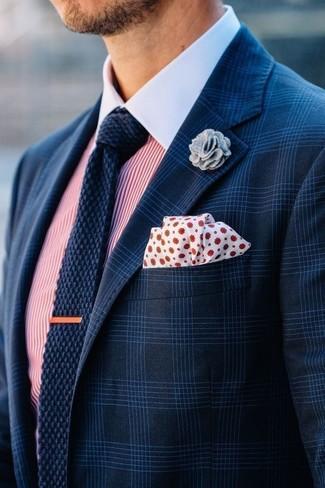 Wie kombinieren: dunkelblaues Sakko mit Schottenmuster, weißes und rotes vertikal gestreiftes Businesshemd, dunkelblaue Strick Krawatte, weißes und rotes gepunktetes Einstecktuch