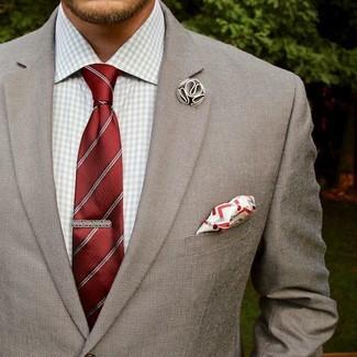 Wie kombinieren: graues Sakko, graues Businesshemd mit Vichy-Muster, rote vertikal gestreifte Krawatte, weißes und rotes Einstecktuch