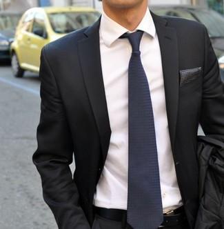 Wie kombinieren: dunkelgraues Sakko, weißes Businesshemd, dunkelblaue Seidekrawatte, dunkelgraues gepunktetes Einstecktuch