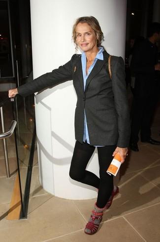 Lauren Hutton trägt Dunkelgraues Wollsakko, Hellblaues Businesshemd, Schwarze Leggings, Dunkelrote Flache Sandalen aus Leder