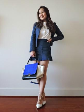 Wie kombinieren: dunkelblaues Sakko, weißes Businesshemd, dunkelblauer Jeans Minirock, weiße beschlagene Leder Pumps