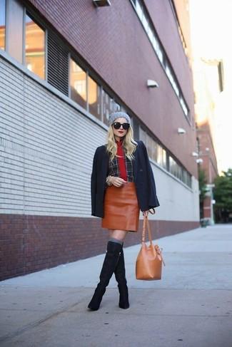 Wie kombinieren: schwarzes Sakko, schwarzes Businesshemd mit Schottenmuster, rotbrauner Leder Minirock, dunkelblaue kniehohe Stiefel aus Wildleder
