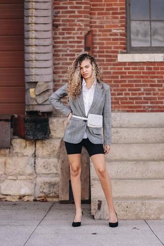 Graues Sakko mit Schottenmuster kombinieren: trends 2020: Ein graues Sakko mit Schottenmuster und eine schwarze Radlerhose sind absolut Casual-Must-Haves und können mit einer Vielzahl von Kleidungsstücken kombiniert werden. Schwarze Wildleder Pumps sind eine ideale Wahl, um dieses Outfit zu vervollständigen.