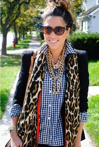 Wie kombinieren: schwarzes Sakko, weißes und dunkelblaues Businesshemd mit Vichy-Muster, beige Schal mit Leopardenmuster, braune Sonnenbrille mit Leopardenmuster