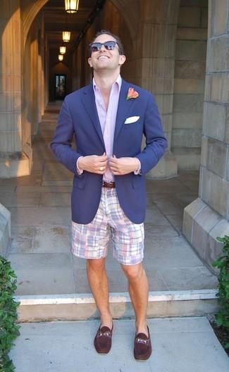 Wie kombinieren: dunkelblaues Sakko, hellviolettes Businesshemd, hellviolette Shorts mit Schottenmuster, dunkellila Leder Slipper