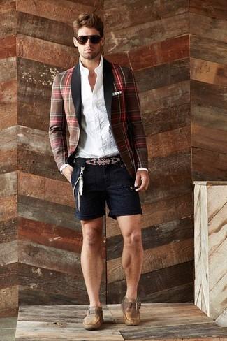 Wie kombinieren: braunes Sakko mit Schottenmuster, weißes vertikal gestreiftes Businesshemd, schwarze Shorts, braune Monks aus Leder