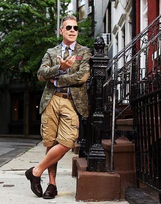 Nick Wooster trägt Olivgrünes Camouflage Sakko, Hellblaues Businesshemd, Beige Shorts, Dunkelbraune Leder Derby Schuhe