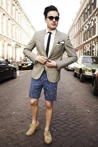 Wie kombinieren: hellbeige Sakko mit Schottenmuster, weißes Businesshemd, dunkelblaue bedruckte Shorts, hellbeige Wildleder Brogues