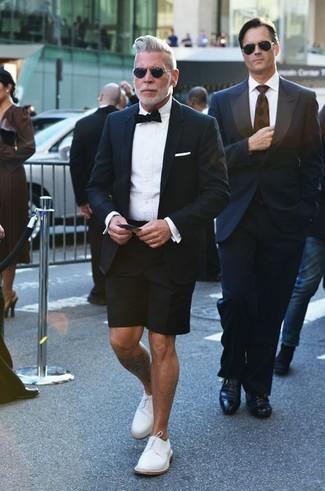 Nick Wooster trägt Schwarzes Sakko, Weißes Businesshemd, Schwarze Shorts, Weiße Leder Derby Schuhe