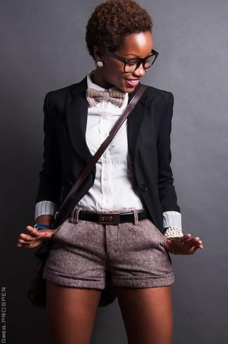 Wie kombinieren: schwarzes Sakko, weißes Businesshemd, graue Wollshorts, dunkelbraune Leder Umhängetasche
