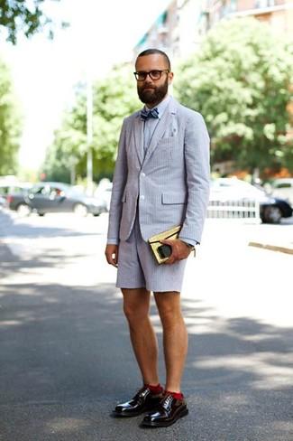 Wie kombinieren: graues Sakko aus Seersucker, graues Businesshemd, graue Shorts aus Seersucker, dunkelrote Leder Derby Schuhe