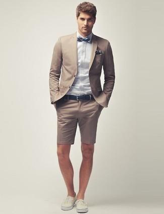 Wie kombinieren: beige Sakko, hellblaues Businesshemd, beige Shorts, hellbeige niedrige Sneakers