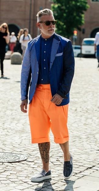 Wie kombinieren: dunkelblaues vertikal gestreiftes Sakko, dunkelblaues Businesshemd, orange Shorts, graue Slip-On Sneakers aus Segeltuch