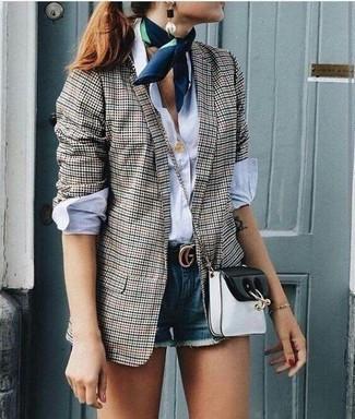 Wie kombinieren: graues Sakko mit Vichy-Muster, weißes Businesshemd, blaue Jeansshorts, schwarze und weiße Leder Umhängetasche