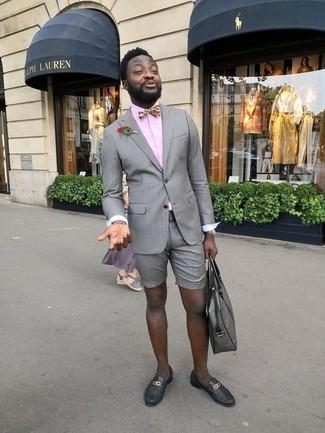 Wie kombinieren: graues Sakko, rosa Businesshemd, graue Shorts, schwarze Leder Slipper