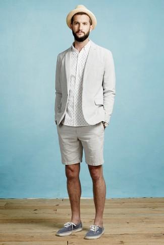 Wie kombinieren: graues Sakko, weißes gepunktetes Businesshemd, graue Shorts, dunkelblaue Segeltuch niedrige Sneakers