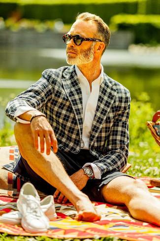 40 Jährige: Weißes Businesshemd kombinieren – 500+ Herren Outfits: Paaren Sie ein weißes Businesshemd mit schwarzen Shorts für Ihren Bürojob. Bringen Sie die Dinge durcheinander, indem Sie weißen Segeltuch niedrige Sneakers mit diesem Outfit tragen.