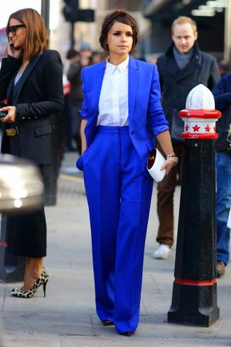 Miroslava Duma trägt Blaues Sakko, Weißes Businesshemd, Blaue Weite Hose, Schwarze Leder Pumps
