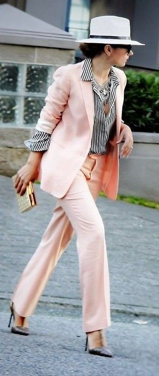 41d5b14b1d Wie kombinieren: rosa Sakko, weißes und schwarzes vertikal gestreiftes  Businesshemd, rosa weite Hose