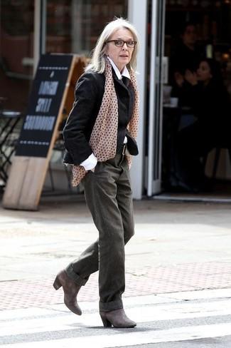 60 Jährige: Outfits Damen 2020: Paaren Sie ein schwarzes Wollsakko mit einer olivgrünen weiter Hose, um eine gemütliche und gleichzeitig edle Stimmung zu kreieren. Komplettieren Sie Ihr Outfit mit dunkelgrauen Leder Stiefeletten.
