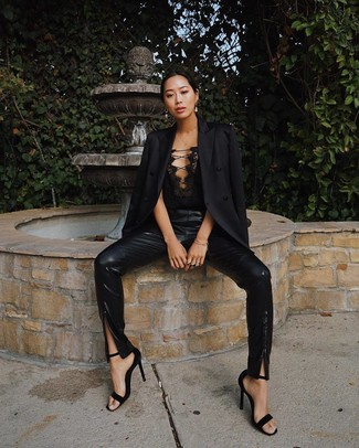 Wie kombinieren: schwarzes Sakko, schwarzes Spitze Bustier-Oberteil, schwarze enge Hose aus Leder, schwarze Wildleder Sandaletten