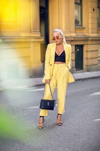 Wie kombinieren: gelbes Sakko, schwarzes Bustier-Oberteil, gelbe Karottenhose, schwarze Leder Sandaletten