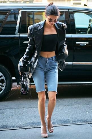 Wie kombinieren: schwarzes Ledersakko, schwarzes Bustier-Oberteil, hellblaue Radlerhose aus Jeans, transparente Gummi Sandaletten