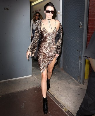 Wie kombinieren: braunes Samtsakko mit Leopardenmuster, beige Camisole-Kleid aus Seide mit Leopardenmuster, schwarze klobige Leder Stiefeletten, schwarze Leder Umhängetasche
