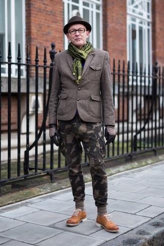 Wie kombinieren: olivgrünes Wollsakko, olivgrüne Camouflage Cargohose, rotbraune Wildleder Derby Schuhe, dunkelbrauner Wollhut