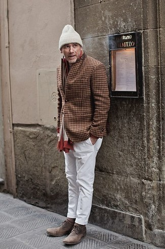 Braunes Wollsakko mit Karomuster kombinieren – 40 Herren Outfits: Kombinieren Sie ein braunes Wollsakko mit Karomuster mit einer weißen Chinohose, wenn Sie einen gepflegten und stylischen Look wollen. Braune Chukka-Stiefel aus Wildleder fügen sich nahtlos in einer Vielzahl von Outfits ein.