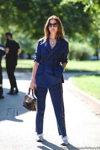 dunkelblaues Baumwollsakko, dunkelblaue Chinohose, graue Sportschuhe, braune Satchel-Tasche aus Leder mit Schlangenmuster für Damen