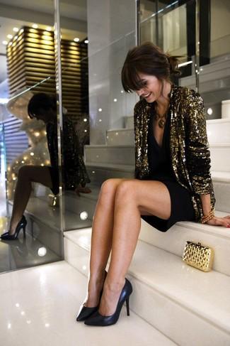 Kombinieren Sie ein goldenes Paillettesakko mit einem schwarzen Cocktailkleid für ein großartiges Wochenend-Outfit. Komplettieren Sie Ihr Outfit mit schwarzen Leder Pumps.