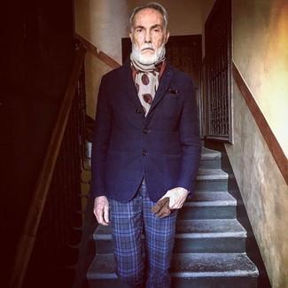 60 Jährige: Blaue Anzughose kombinieren: trends 2020: Vereinigen Sie ein dunkelblaues gestepptes Wollsakko mit einer blauen Anzughose für eine klassischen und verfeinerte Silhouette.