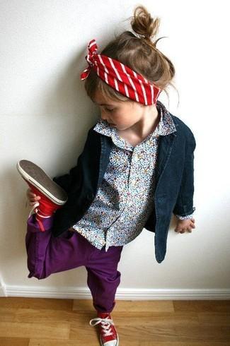 Wie kombinieren: dunkelblaues Sakko, hellblaues Businesshemd, lila Jeans, rote Turnschuhe