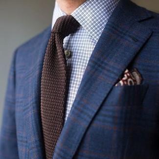 Wie kombinieren: dunkelblaues Wollsakko mit Schottenmuster, hellblaues Businesshemd mit Karomuster, dunkelbraune Strick Krawatte, dunkelrotes bedrucktes Einstecktuch