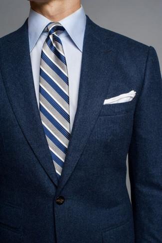 Wie kombinieren: dunkelblaues Wollsakko, hellblaues Businesshemd, graue vertikal gestreifte Krawatte, weißes Einstecktuch