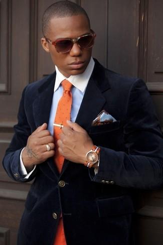 Wie kombinieren: dunkelblaues Samtsakko, hellblaues Businesshemd, orange gepunktete Krawatte, hellblaues Seide Einstecktuch mit Blumenmuster