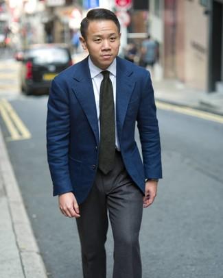 Wie kombinieren: dunkelblaues Sakko, weißes Businesshemd, dunkelgraue Anzughose, dunkelgrüne Krawatte