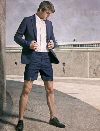 Wie kombinieren: dunkelblaues Sakko, weißes Businesshemd, dunkelblaue Shorts, schwarze Leder Derby Schuhe